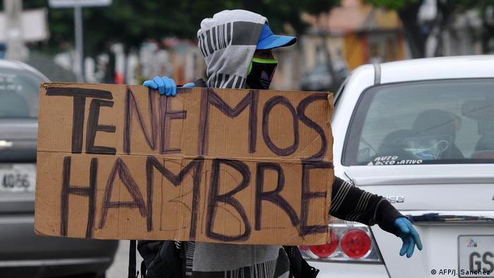 Un migrante venezolano protesta en Guayaquil, Ecuador, contra las consecuencias del cierre parcial de la economía.