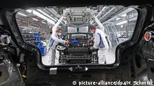 dpatopbilder - 23.04.2020, Sachsen, Zwickau: Die Mitarbeiter Max Brühmann (l) und Heiko Gruner von Volkswagen Sachsen, montieren das Frontend für den ID.3 im Fahrzeugwerk in Zwickau. Beim Autobauer Volkswagen läuft nach mehr als fünf Wochen Corona-Stillstand die Fahrzeugproduktion wieder an. Der Wiederanlauf der Produktion des vollelektrischen ID.3 startet zunächst mit reduzierter Kapazität und verringerter Taktzeit. Zwickau ist das erste VW-Fahrzeugwerk in Deutschland, das den Betrieb wieder aufnimmt. Foto: Hendrik Schmidt/dpa-Zentralbild/POOL/dpa +++ dpa-Bildfunk +++ | Verwendung weltweit