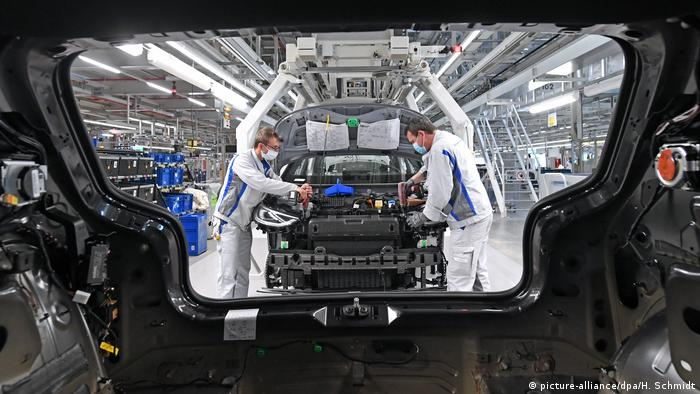 Coronavirus Zwickau - Volkswagen fährt Produktion wieder hoch (picture-alliance/dpa/H. Schmidt)