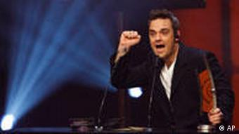 Robbie Williams mit geballter Faust