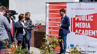Stanislav Kalach, Leiter des Odesa Media Hub, gibt bei der Eröffnung am 25. April 2019 Interviews.