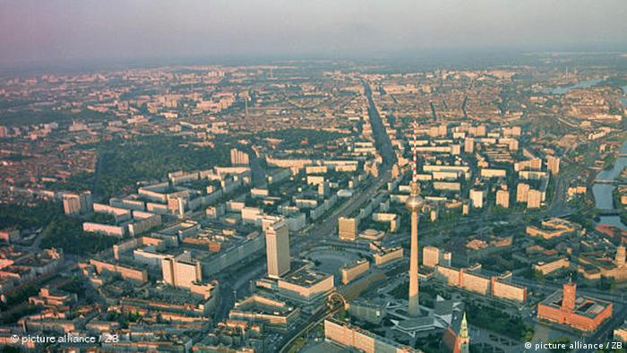 Celebrity Beauty: Berlin skyline with the tv tower at Alexander on the front (describe alliance / ZB)