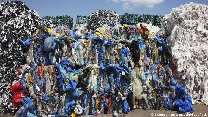 Горы пластика на мусорном полигоне