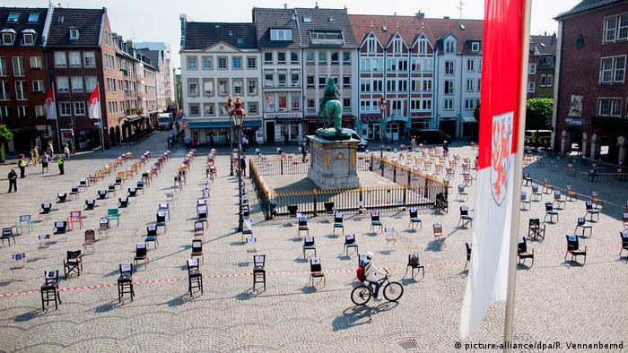North Rhine-Westphalia, Düsseldorf: Empty chairs stand in front of the town hall (picture-alliance/dpa/R. Vennenbernd)