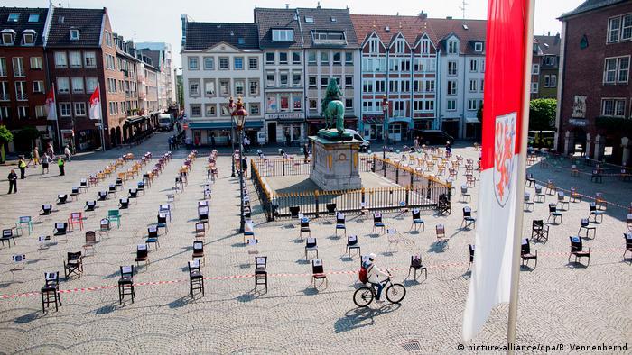 Ugostitelji su u Düsseldorfu protiv zabrane rada prosvjedovali postavljanjem praznih stolica