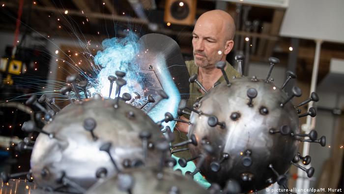 النحات الألماني أندرياس فورتفينغلر وهو ينجز مجسما فنيا حول فيروس كورونا (بادن فورتنبيرغ، أبريل / نيسان 2020)