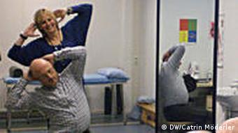 Nicole Vaessen praktiziert Mensendieck-Therapie (Foto: DW)