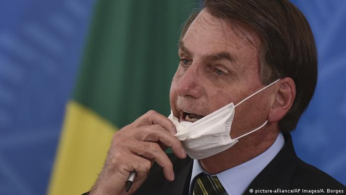 Brasilien Coronavirus Präsident Bolsonaro Mundschutz (picture-alliance/AP Images/A. Borges)