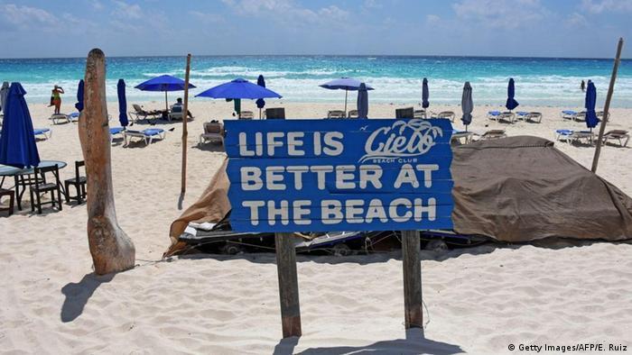 Afiche en playa de Cancún: La vida es mejor en la playa.
