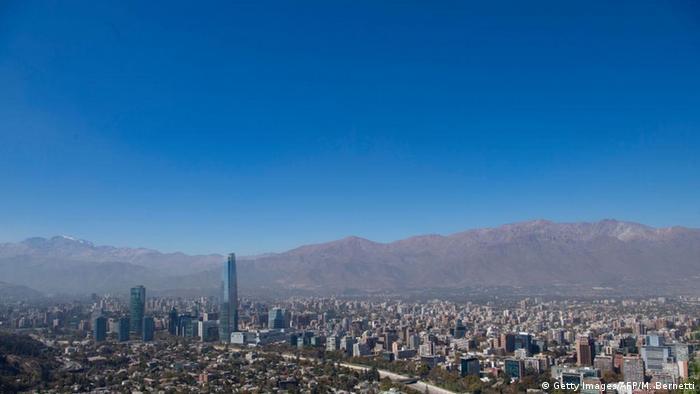 Lima, Bogotá y Santiago de Chile son algunas de las numerosas capitales de América Latina que han visto mejorada la calidad del aire debido al confinamiento de la población para evitar la expansión del coronavirus. En Chile, el equipo de investigación Antártica Usach registró una reducción de entre 20 y 25% de las partículas en suspensión en el aire sobre Santiago (foto).