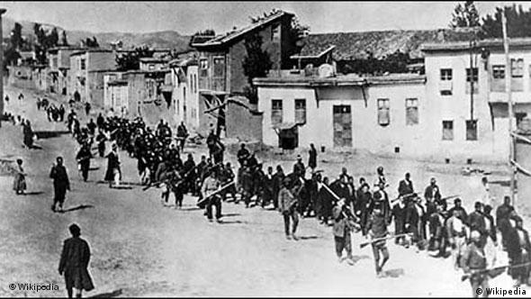 Armenians are marched to a nearby prison in Mezireh by armed Turkish soldiers, 1915. Source: Published by the American red cross, it was first published in the United States prior to January 1, 1923. Date 2007-02-17 (original upload date). Public Domain. GEMEINFREI. Quelle: Wikipedia. URL: http://upload.wikimedia.org/wikipedia/commons/7/75/Marcharmenians.jpg
