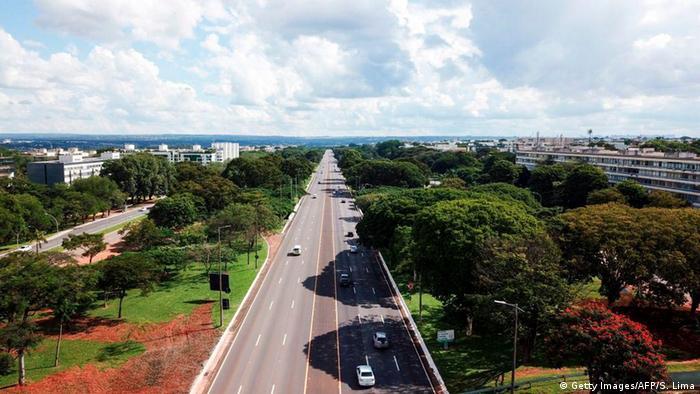 Además de la reducción de la contaminación atmosférica, la desaparición de automóviles de calles y carreteras disminuyó la contaminación acústica de las grandes capitales como Brasilia (foto). Así, por ejemplo, en Bogotá (Colombia), hubo una disminución de entre 5 y 10 decibelios durante el día y de entre 10 y 15 en la noche, según la Red de Monitoreo de Ruido Ambiental de Bogotá.