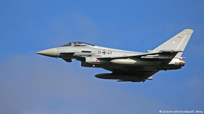 Eurofighter-Kampfjet über Nörvenich (picture-alliance/dpa/O. Berg)