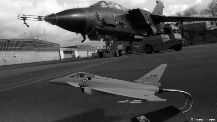 Modell des Jägers 90 vor einem echten Tornado (Imago Images)