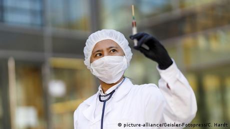 Los resultados de la primera fase de los ensayos clínicos de un candidato a vacuna en China demuestran que es segura, bien tolerada y capaz de generar una respuesta inmunológica contra SARS-CoV-2 en humanos. El responsable de este ensayo clínico -la vacuna tiene que pasar tres fases- es el Instituto de Biotecnología de Pekín, en China. (22.05.2020)