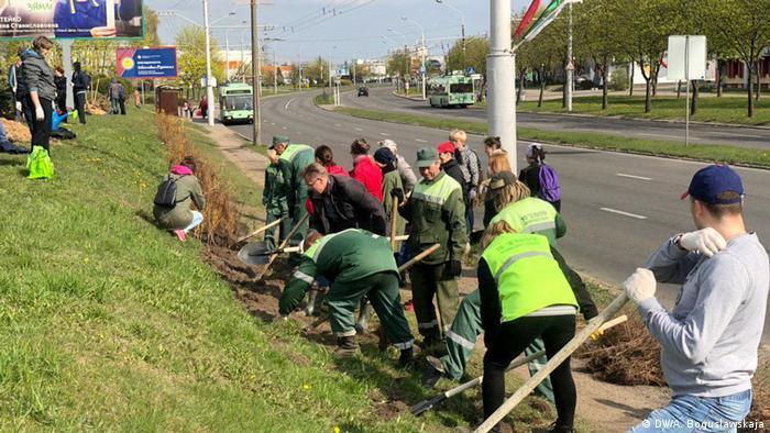 Участники субботника в Минске с лопатами и троллейбусы на шоссе