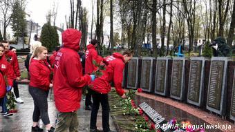 Ребята возлагают цветы к мемориалу