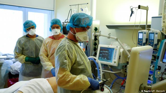 Німецькі лікарі з пацієнтом, хворим на СOVID-19 (лікарня в Берліні)