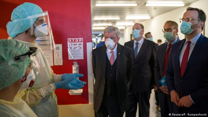 Jens Spahn visits a hospital wearing a mask (Reuters/F. Rumpenhorst)
