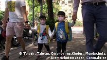 Kinder mit Masken: Zwei Kinder mit Atemschutzmasken werden von ihren Vätern zum Kindergarten gebracht. Taipeh, 16.4.20, (c) Klaus Bardenhagen