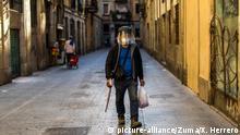 Spanien Barcelona, Coronakrise Ausgangssperre leere Straßen Geischtsmaske