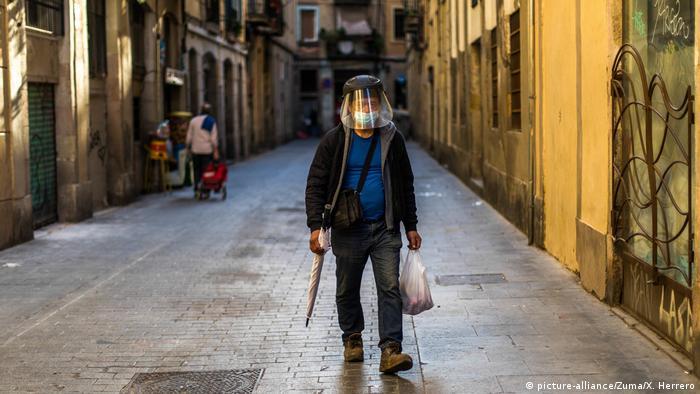Spanien Barcelona, Coronakrise Ausgangssperre leere Straßen Geischtsmaske (picture-alliance/Zuma/X. Herrero)