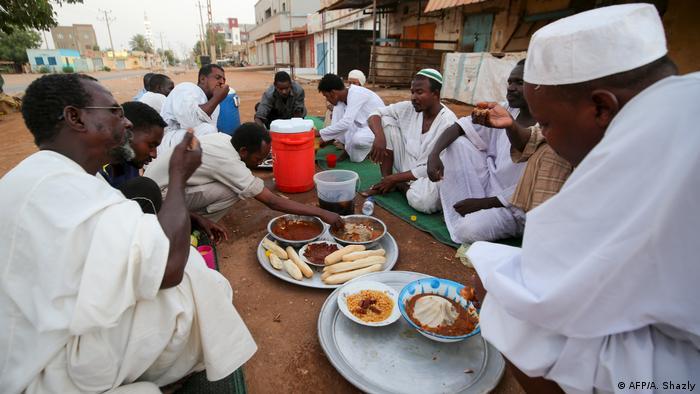Sudan Coronakrise Ausgangsbeschränkungen Ramadan Iftar (AFP/A. Shazly)