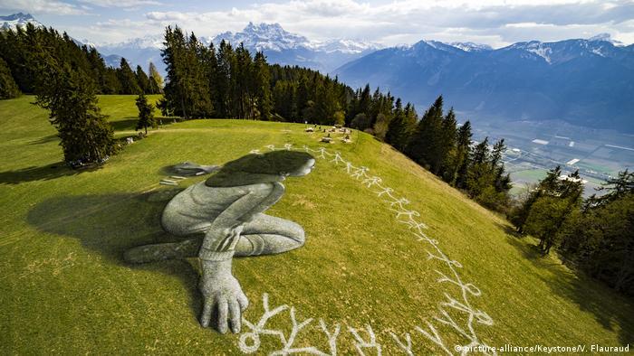 Schweizer Alpen: Land art von Saype Beyond Crisis (picture-alliance/Keystone/V. Flauraud)