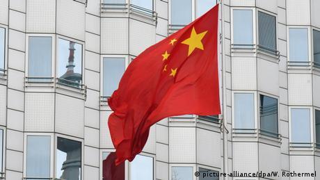 Deutschland Berlin | Chinesische Botschaft | Flagge (picture-alliance/dpa/W. Rothermel)