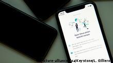 24.04.2020, Schweiz, Lausanne: Auf dem Bildschirm eines Smartphones, auf dem die dp3t-App (Decentralized Privacy Preserving Proximity Tracing) geöffnet ist, leuchtet der Text «Dem Virus einen Schritt voraus» auf. Die Applikation, die zur Zeit in der Technischen Hochschule «Ecole polytechnique federale de Lausanne» (EPFL) getestet wird, dient der Ermittlung von Kontaktpersonen, die mit dem Coronavirus infiziert sind und könnte ein wirksames Instrument zur Bekämpfung der Ausbreitung von COVID-19 sein. Die Maßnahme soll demnächst mit Unterstützung des Schweizer Bundesamtes für Gesundheit eingeführt werden. Foto: Laurent Gillieron/KEYSTONE/dpa +++ dpa-Bildfunk +++ |