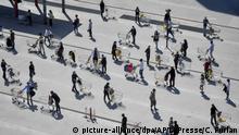 Italien   Mailand   Menschen stehen mit ihren Einkaufswagen vor einem Supermarkt Schlange