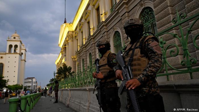 Foto de soldados salvadoreños en la capital