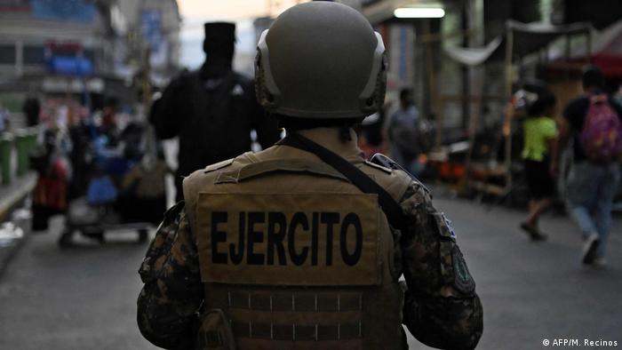 Foto simbólica de un soldado salvadoreño de espaldas frente a un policía en San Salvador.