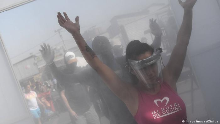 Lateinamerika | Chile | Desinfektionstunnel (imago images/Xinhua)