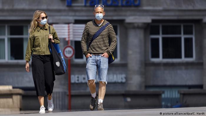 Люди в масках во время эпидемии в Кельне