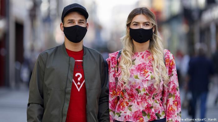 تشير أبحاث إلى أن ارتداء الكمامة الواقية للفم والأنف بشكل صحيح يقلل من مخاطر العدوى بفيروس كورونا.