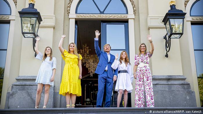 Hollanda Kraliyet Ailesi (soldan): Prenses Ariane, Prenses Amalia, Kral Willem-Alexander, Prenses Alexia, Kraliçe Maxima