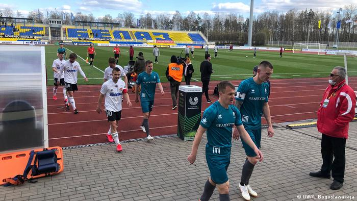 Футболисты уходят с поля на стадионе в Жодино