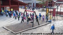 26.04.2020, Norwegen, Trondheim: Kinder stehen in Schlangen auf dem Schulhof der «Vikasen-Schule». In Norwegen sind Schüler bis zur vierten Klasse nach eineinhalb Monaten wieder im Unterricht zurück. Es gelten Abstandsregeln und die Schüler wurden in kleinere Klassengruppen eingeteilt. Foto: Gorm Kallestad/NTB scanpix/dpa +++ dpa-Bildfunk +++  