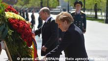 10.05.2015 epa04741530 German Chancellor Angela Merkel (R) and Russian President Vladimir Putin (L) adjust ribbons during a wreath-laying ceremony at the Tomb of the Unknown Soldier in Moscow, Russia, 10 May 2015. Russia continues to celebrate the 70th anniversary of the victory of the Soviet Union and its Allies over Nazi Germany in WWII, with Angela Merkel arriving in Moscow to commemorate the victims of the war, even as other world leaders chose to stay away for the massive victory parade 09 May. EPA/HOST PHOTO AGENCY / RIA NOVOSTI MANDATORY CREDIT +++(c) dpa - Bildfunk+++ |