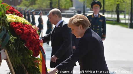 En 2015, Angela Merkel deposita en Moscú una corona en la tumba del soldado desconocido. Pero la relación con Putin en el 70 aniversario del fin de la guerra no atraviesa sus mejores momentos, luego de que Rusia se anexionara Crimea. Ni Merkel ni la mayoría del resto de líderes occidentales toman parte en el desfile de la victoria.