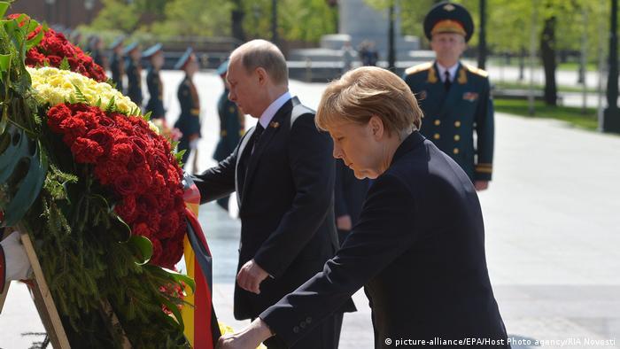 Ангела Меркель (Angela Merkel) и Владимир Путин во время церемонии возложения венков