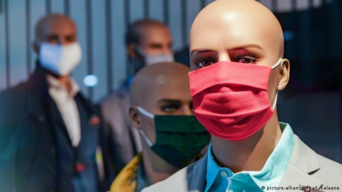 Deutschland Berlin Coronavirus - Schaufesnterpuppe mit Maske