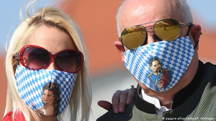 Deutschland Coronavirus - Trachtenmasken (picture-alliance/dpa/F. Hörhager)