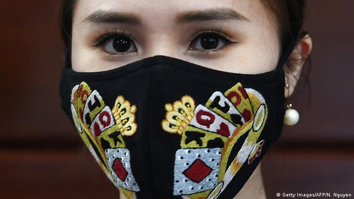Vietnam Coronavirus - Designermundschutz (Getty Images/AFP/N. Nguyen)