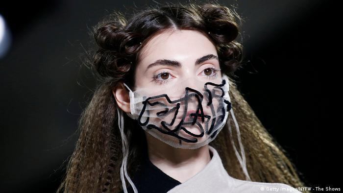 New York Fashion Week 2020 |Model mit Mundschutz | Maske (Getty Images/NYFW - The Shows)