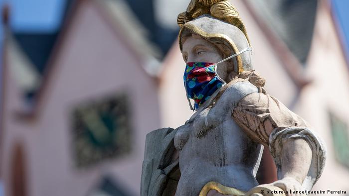 Deutschland Gross-Umstadt   Bietjungfer mit Mundschutz