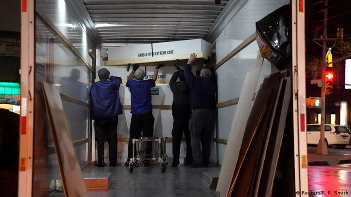 USA New York   Coronavirus   Transport zu Krematorium
