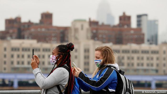 Mulheres de máscara em Nova York