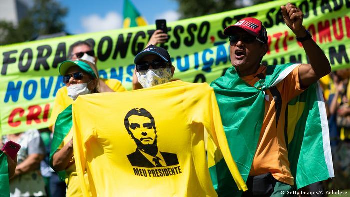 Manifestantes pró-Bolsonaro e a favor do fechamento do Congresso e do STF em Brasília